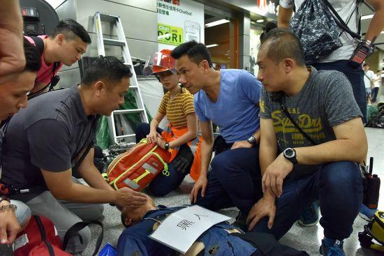 飾演救護總隊目林非凡的林文龍正學習正確救護員的手勢。