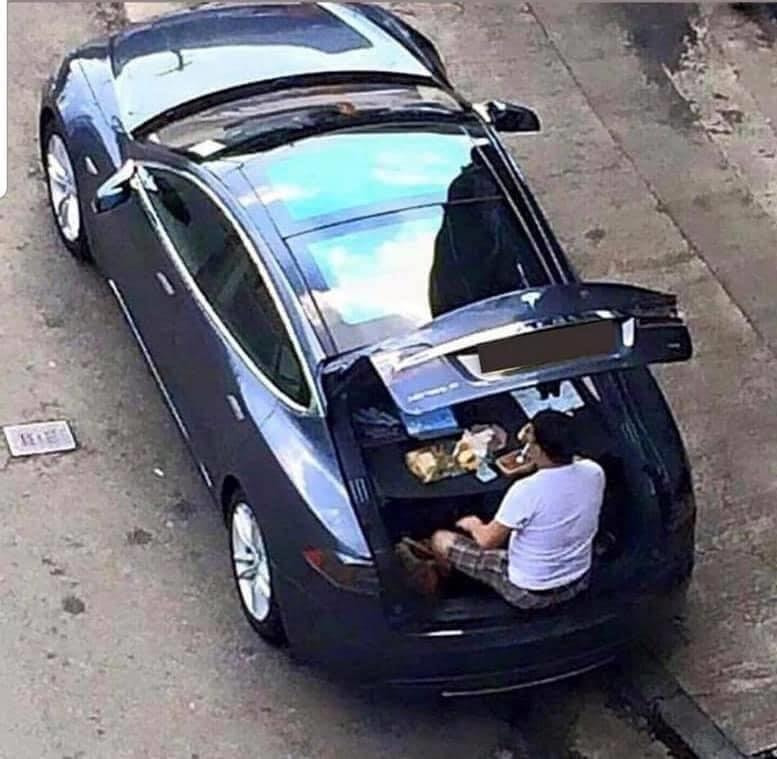 早前有私家車司機被拍到在車上吃飯,可能從明天開始會成為熱門「開飯」地點。